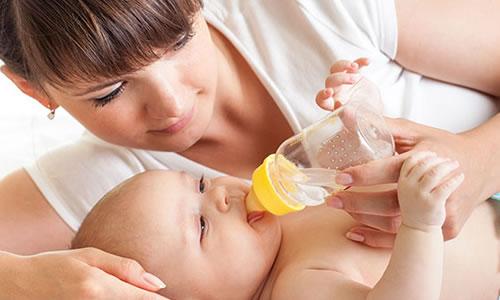 Bebeğe Su Vermek