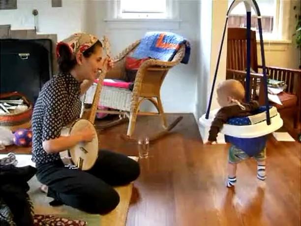 Banjo çalan annesine dansıyla eşlik eden sevimli bebek :) #annebebek #bebekvideosu #eglencelivideolar #mumandbaby #babyvideos #funnyvideos